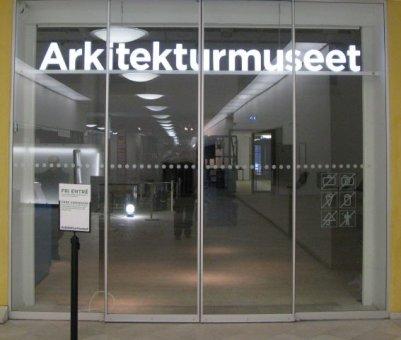 Vi har levererat en LED/diodskylt till Arkitekturmuseet. Här har vi ställt bokstäverna på en aluminiumbalk så att elkablarna inte syns.