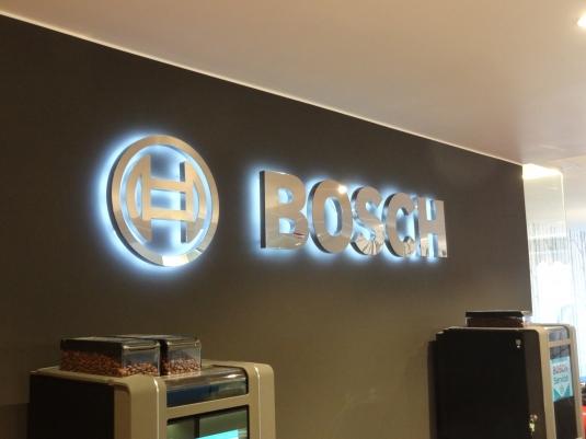 Bokstäverna är tillverkade av blankpolerat rostfritt. Elbestyckade med vitlysande LED. Kablarna har vi dragit i väggen för att de inte ska synas.
