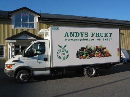 Digitalprintade bilder som monteras på lastbilsskåpet.