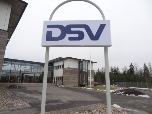 DSV: Leverans av spännduksskylt med LED moduler. Logon tillverkas av vinylfolie. Stommen tillverkas av strängpressad aluminiumprofil.