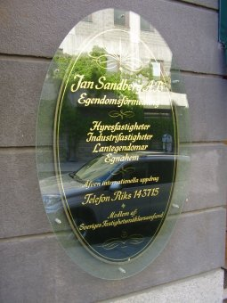 Jan Sandberg Mäklare. Bladguldsförgylld glas med en 8mm säkerhetsglas framför.