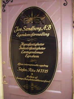 Jan Sandberg Mäklare. Bladguldförgylld ovalt glas.