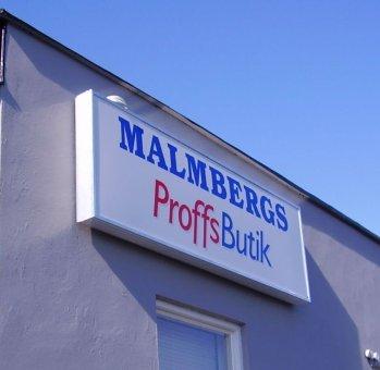 Malmbergs Proffsbutik. Enkelsidig ljusskylt med logotype. Tillverkad av AP 140 strängpressad aluminiumprofil.