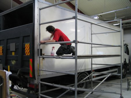 Montering av lastbilsdekaler.