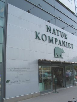 Naturkompaniet: Plåtkassetter med aluminiumbokstäver. Bokstäverna har sargkant runt om.