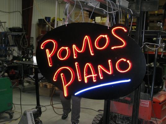 Pomos Piano: Neonsrören har monterats på en 3mm lackerad aluminiumplåt.