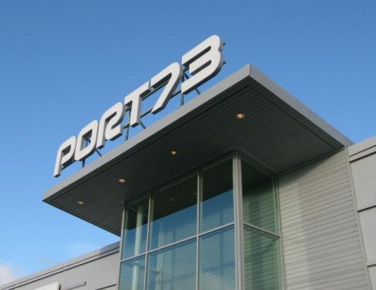 Port 73: Led bokstäver som har monterats på ram.
