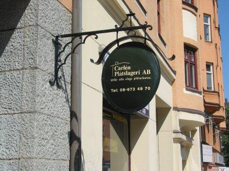 Carléns Plåtslageri. Smidesskylt med kupad plåtskylt. Logo tillverkad av vinylfolie.