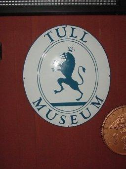 Tull Museum. Kupad emaljskylt.