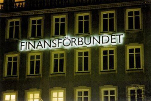 Finansförbundet:Neonskylt tillverkad av borstad rostfri plåt profil 3 med vitlysande coronaeffekt. (Bakåtlysande).