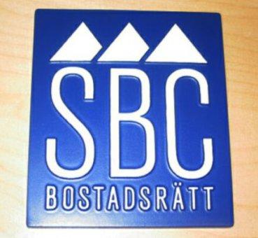 SBC Bostadsrätt. Alumniumgjuten skylt som är färglagd.