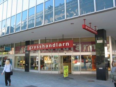 Ljusskylt levererad till Grosshandlarn i Stockholm. Fristående bokstäver av aluminiumplåt på röd ljuslåda.