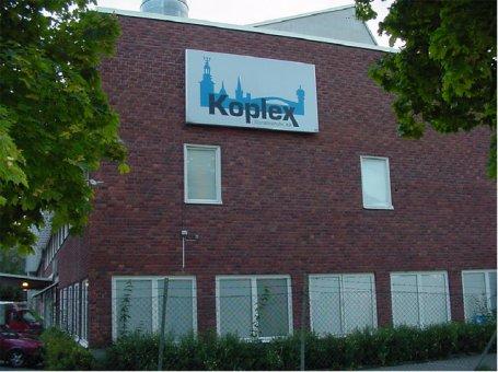 Koplex: Ljusskylt med spännduksfront.Elbestyckas med lysrör.