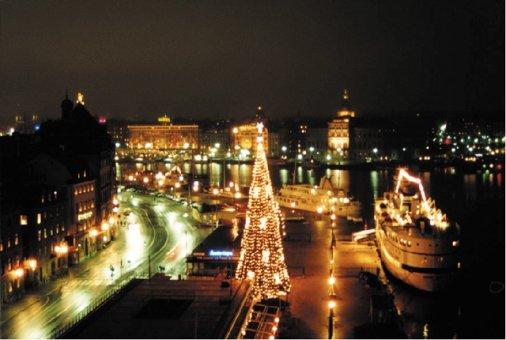 Juldekoration till granen på Skeppsbron