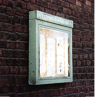 Stadhus Källaren: Informationsskåp i koppar. Texten lyser i ovankant på skåpet.
