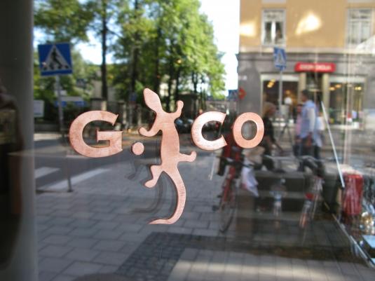 Geco: Limmade kopparbokstäver på glasfönster.
