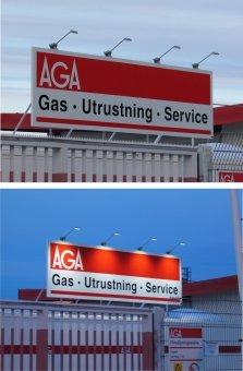 AGA Gas. Plåtskylt med vinylfolie som belyses med LED spotlights.
