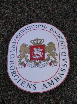Georgiens Ambassad: Konvex emaljskylt med bladguld.