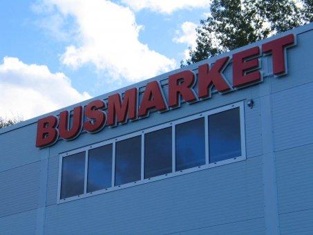 Busmarket: Profil 3 LED-skylt med rödlysande dioder. Konturskuren vitlackerad bakrundsplåt.