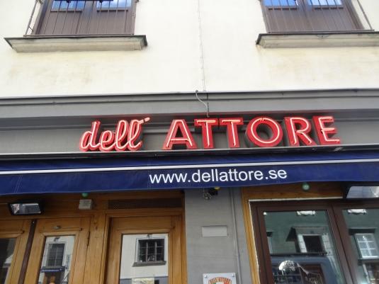 Dell Attore: Service av neonskylt. Här har vi byt trafo och tillverkat nytt neonrör.