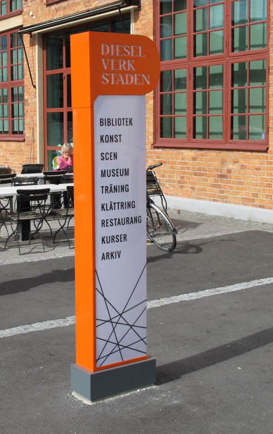 Skyltpelare med LED moduler. Vit akrylfront med fräst text i ovankant. I samarbete med Jendelheim Reklam.