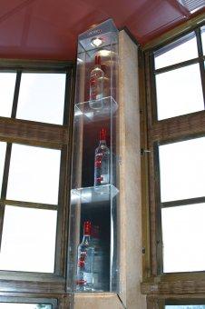 Specialtillverkad plexiskåp: Klarakryl med spotlights samt hyllor för flaskorna