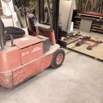 Vi har två truckar som hjälper oss att lyfta tynga plåtar till vattenskärningen och vårt lager av plåt.