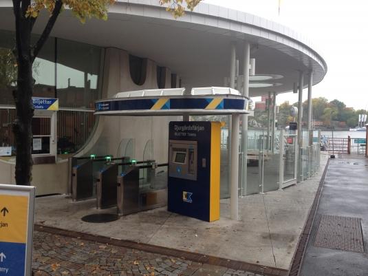 Biljettstation med betalstation. Ljusskyltar och takband. Kund: Arcona och Waxholmsbolaget