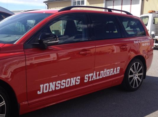 Jonssons Ståldörrar. 2st Volvo V70 D5 AWD. Logotype och text i vit vinylfolie.