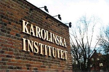Karolinska Institutet. Bladguldsförgyllda fristående bokstäver med distans från väggen.