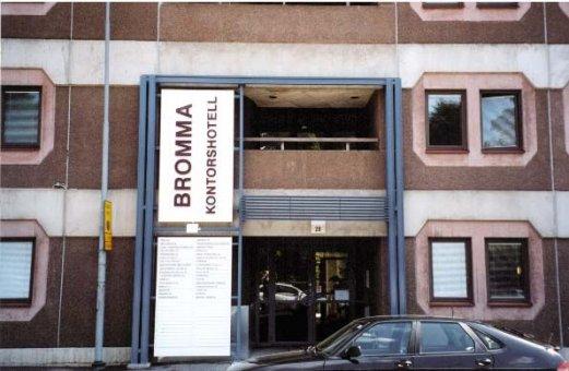 Bromma kontorshotell: Järnportal med en ljusskylt och företagsregister.
