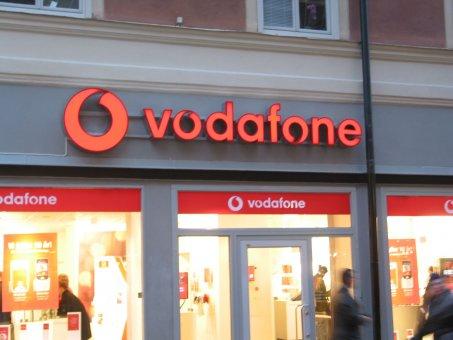 Vodafone. Profil 6 spärrad på ram. Rödlysande neonrör.I samarbete med Art Form Ljusreklam.