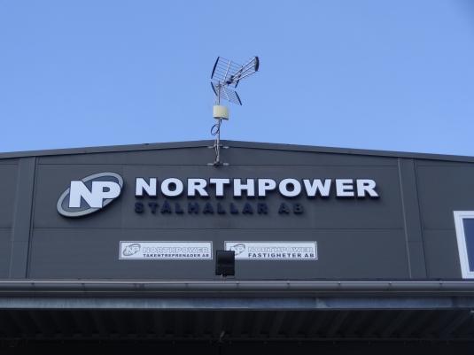 Northpower: Lösmonterade plåtbokstäver på fasad. Lackerade aluminiumbokstäver med toppfoliering.