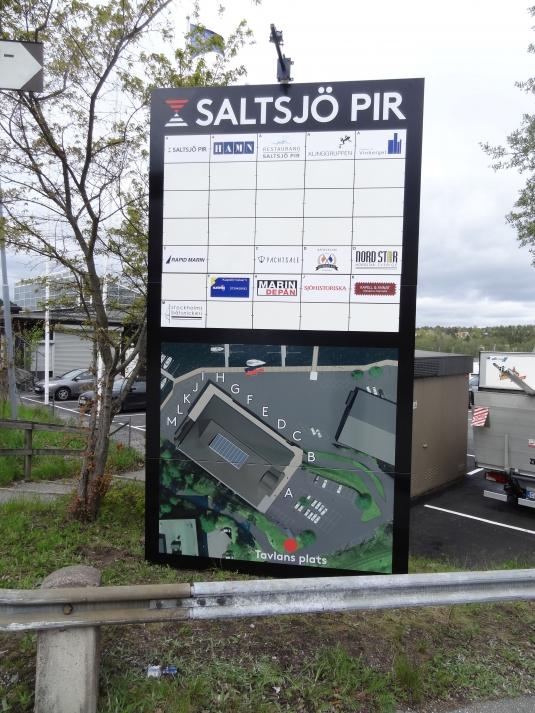Saltsjö Pir: Informationstavla ca 2x3,6m med lösa logotypeplåtar. Här kan man lätt byta företagsnamn.