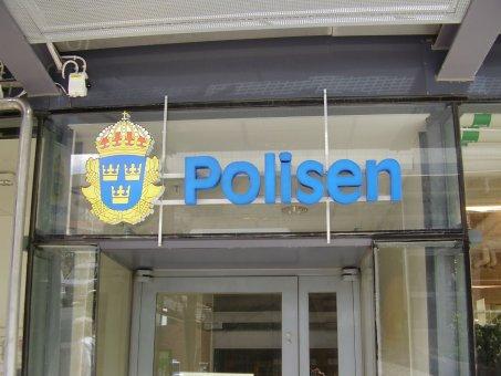 Polisen LED skylt: Tillverkad i profil 6 med vitlysande dioder. Fronten är täckt med folie. I samarbete med Art Form Ljusreklam.