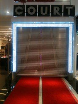 Kista Galleria LED portal. I sammarbete med Better Shops har vi tillverkat en portal med 2500st vita dioder.Bockad klarpolykarbonat samt rostfria fot.