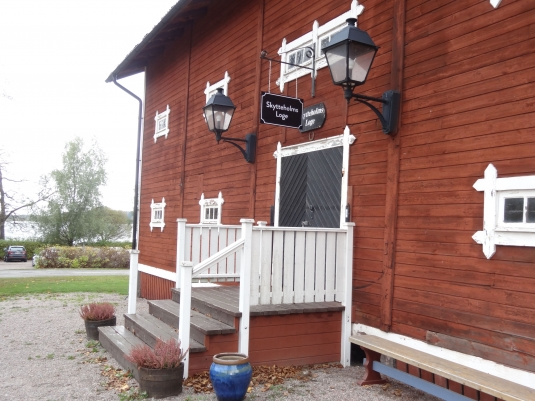 Skytteholm Ekerö: Smidesskylt och vanliga plåtskyltar.