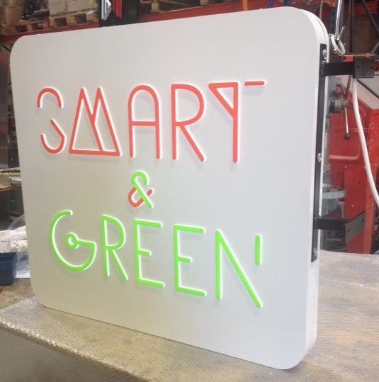 En dubbelsidig ljusskylt profil 10. Vit akryl med folietopp. Elbestyckad med vita LED moduler.