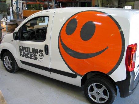 Nytextade bilar till Smiling Faces.