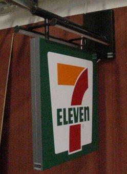 7-Eleven. Specialsmide med belysning. Bockad alumniumplåt med logotype.