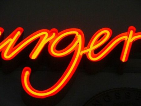 Närbild på neonskylt Profil 2 med centrumrör. Bokstäverna har en sargkant runt om så att ljuset inte studsar ut.
