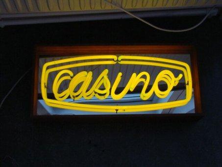 Casino: Gullysande neonrör, casinoskylt med spegelbotten. Lådan tillverkad av trä.