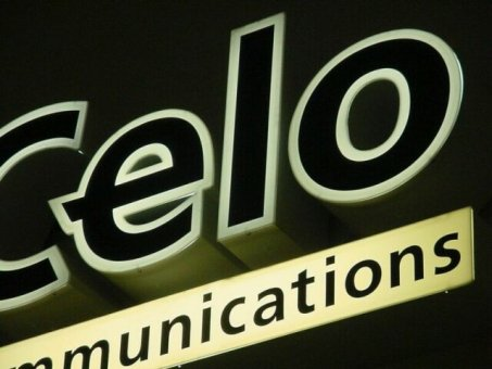 Celo: Profil 6 med neonrör , front i 3 mm vit akryl utan sarglister.