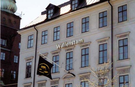 Wallenstam: Neonskylt profil 3. Tillverkad av blankpolerad mässingsplåt.