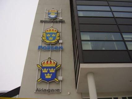 Polisen-Åklagare-Kriminalvården: 3st diodskyltar spärrad på lodräta väggprofiler.