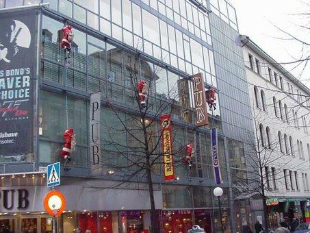 Juldekoration till PUB.Tomtar med ljusslang på fasad.