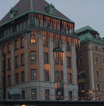 Juldekoration till fasad.Istappar som monterats på Skeppsbron.