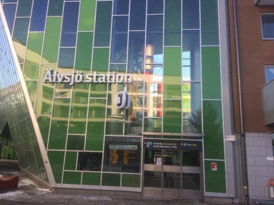 Vitlysande ledskyltar till Älvsjö station.